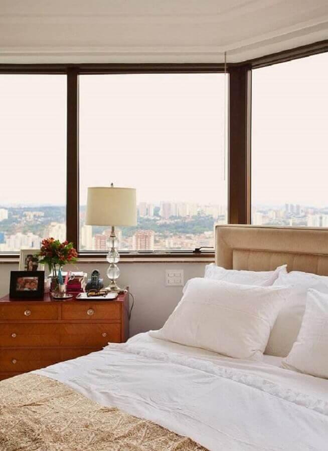 cômoda de madeira para quarto de casal com grande janela Foto Paulo Carvalho