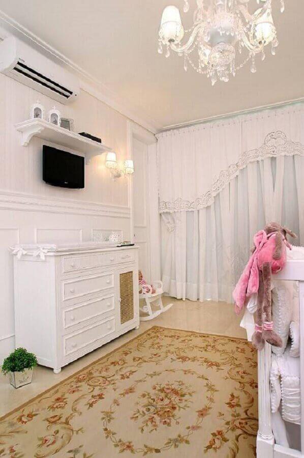 cômoda para quarto de bebê todo branco com tapete floral Foto Nicolle do Vale