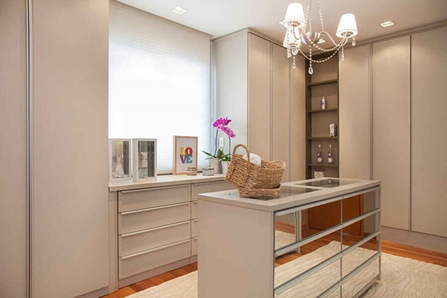 closet decorado com cômoda branca com gavetas espelhadas Foto Arquitetura 8