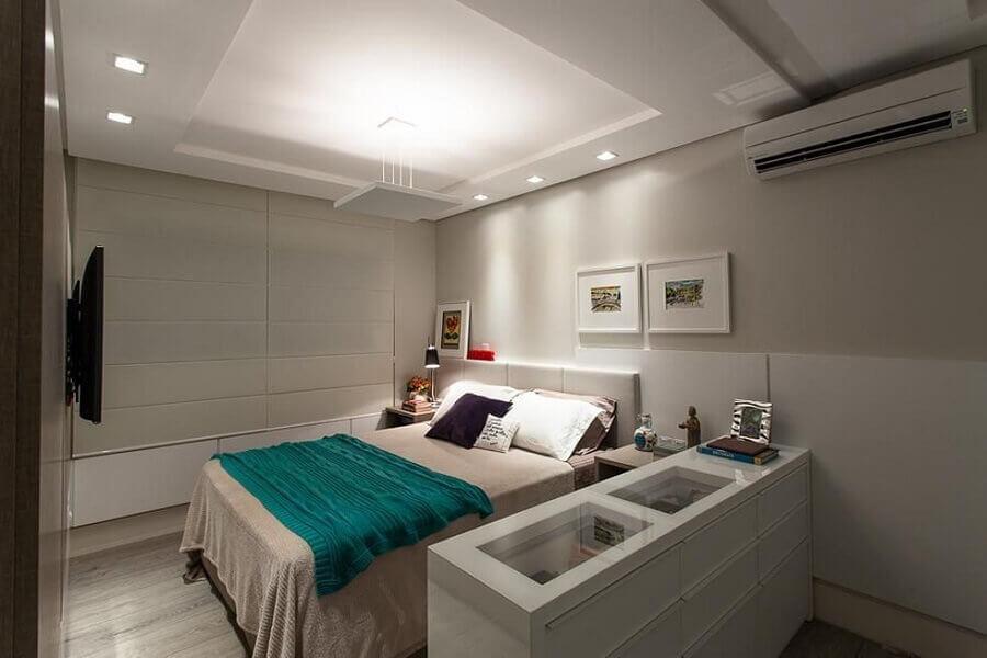 comoda branca com tampo de vidro para quarto de casal com comoda Foto Juliana Pippi