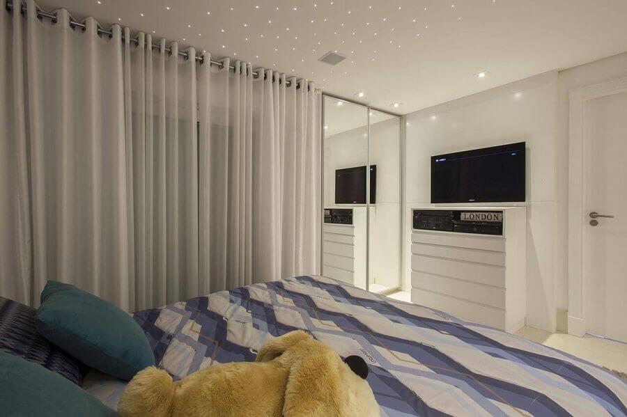 comoda branca com tv quarto-de casal planejado Foto Sandra Sanches.