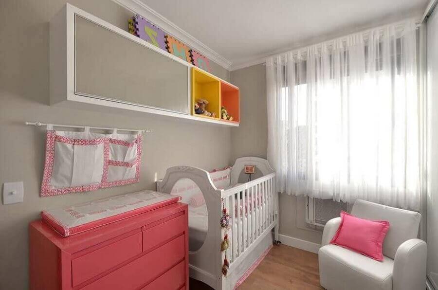 comoda rosa para quarto de bebê todo branco  Foto Alessandra Bonotto