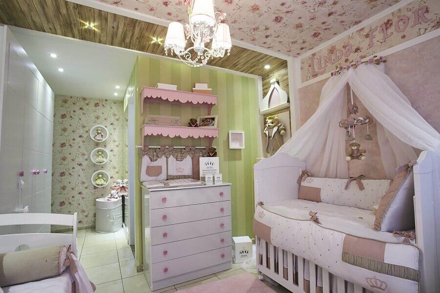 decoração com cômoda branca para quarto de bebê com papel de parede  Foto Andrea Bento