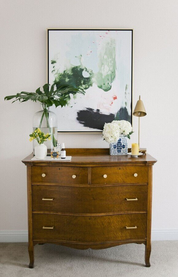 decoração com cômoda de madeira com design clássico  Foto Pinterest