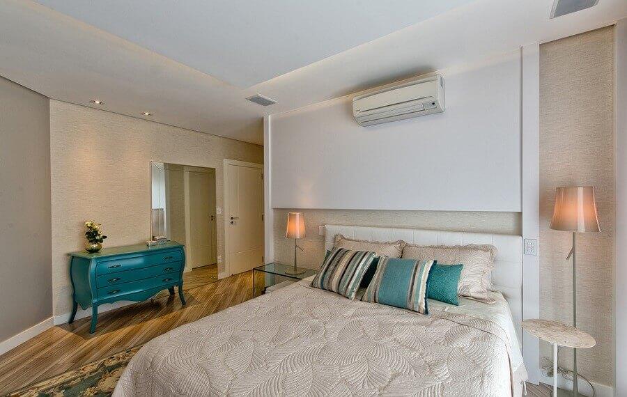 decoração quarto de casal em tons neutros com cômoda vintage azul Foto Espaço do Traço