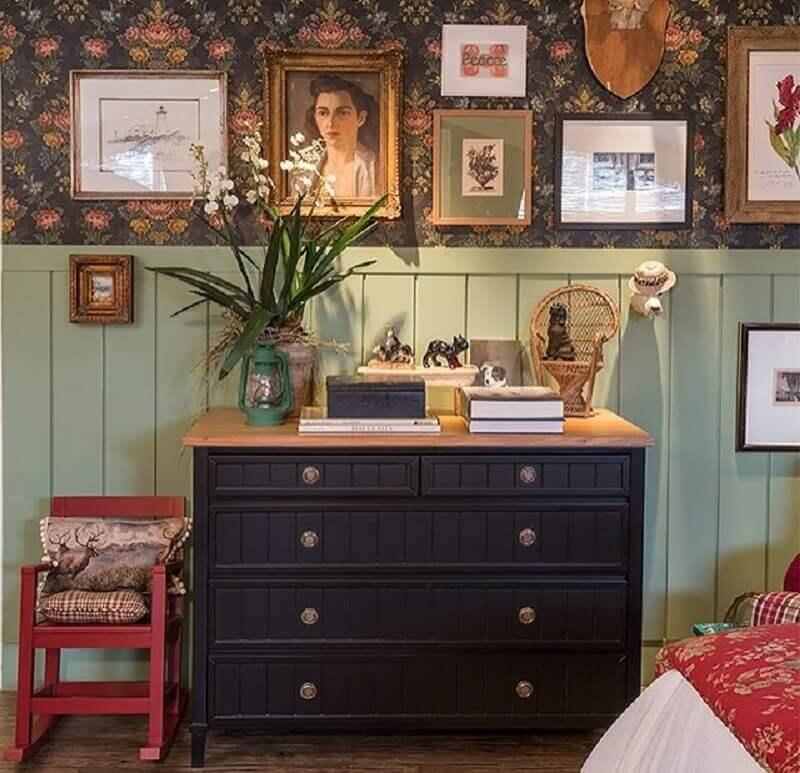 decoração simples com cômoda azul escura  Foto Suzana Schermann