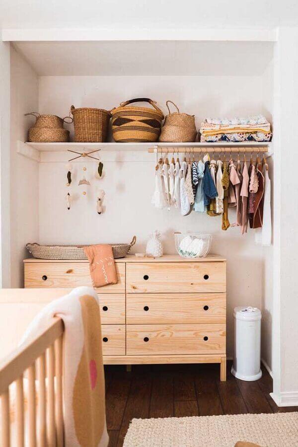 decoração simples com cômoda retrô de madeira  Foto Pinosy