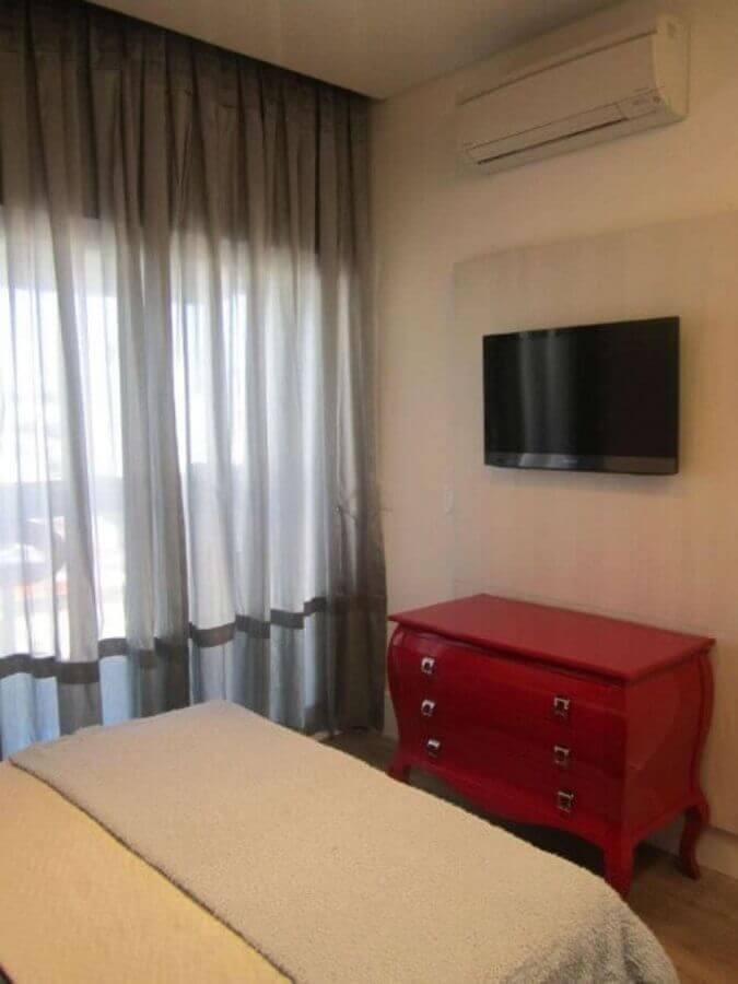 decoração simples com cômoda vermelha  Foto Sueli Porwjan
