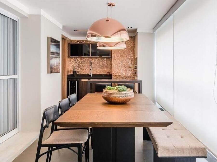 decoração varanda gourmet estreita com mesa retangular de madeira e pendente rose gold