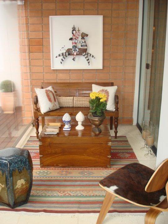 varanda gourmet com sofá de madeira