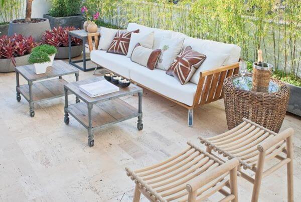 Decoração de varanda com sofá de madeira