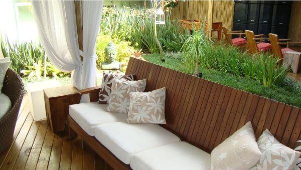 Decoração de varanda e jardim com almofadas para sofá de madeira