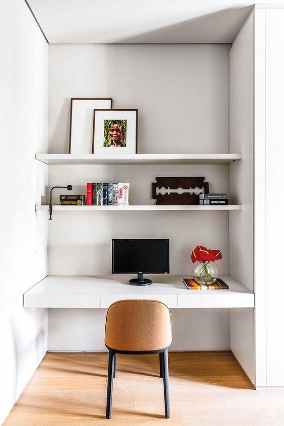escrivaninha suspensa - escrivaninha branca em baixo de prateleiras