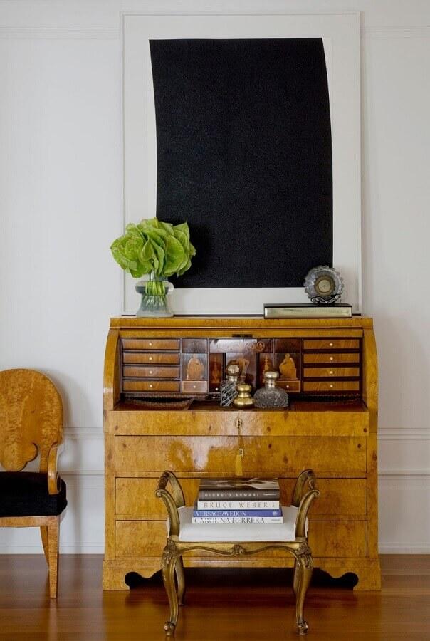 modelo de cômoda antiga de madeira Foto Roberto Migotto