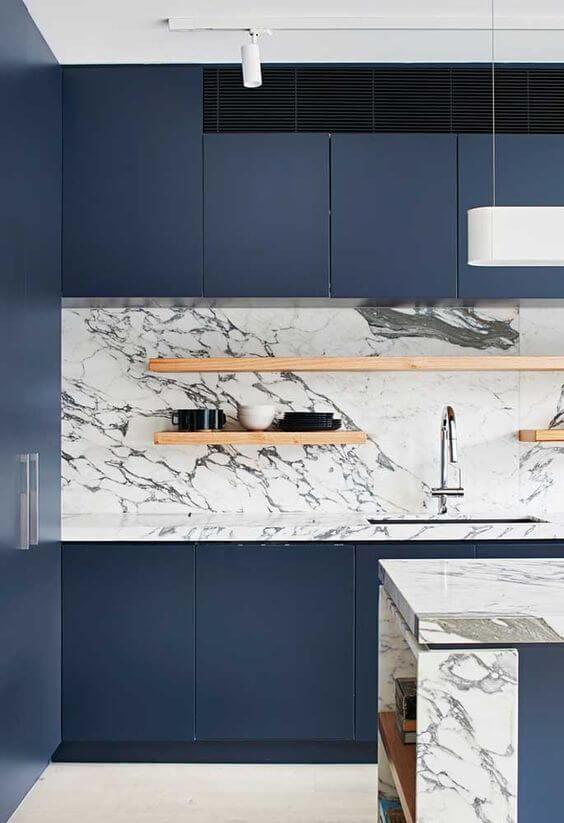 Modelos de cozinha com bancada de mármore branco e móvel de madeira