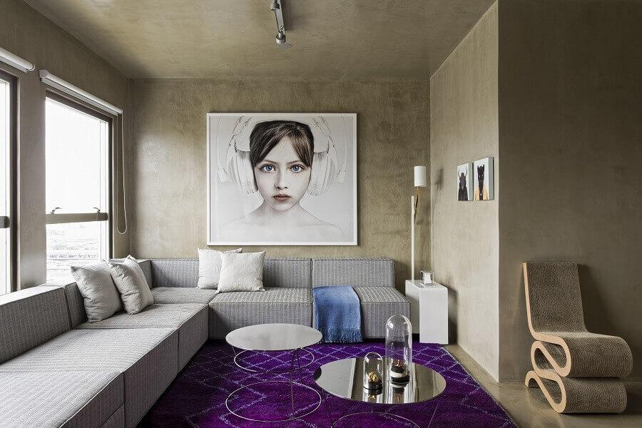 quadro tumblr para sala ampla com sofá de canto e parede de cimento queimado Foto Archello