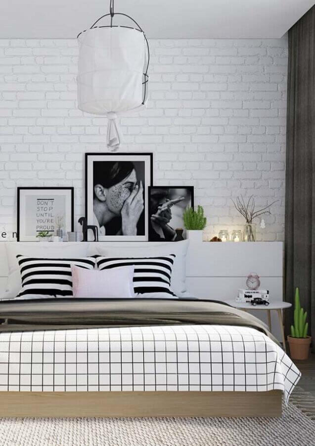 quadros tumblr para quarto preto e branco com parede de tijolinho Foto Pinosy