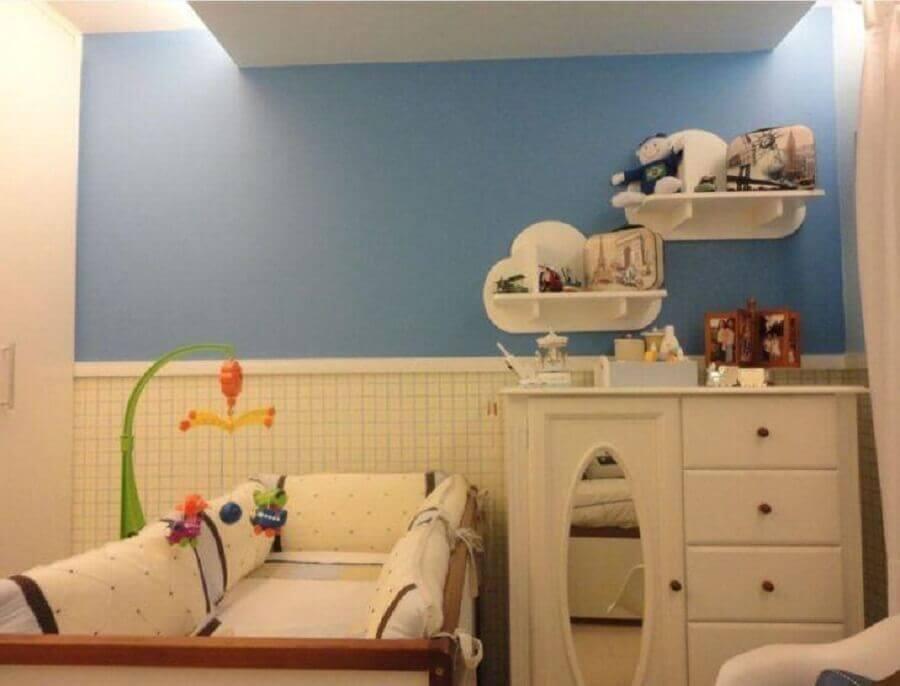 quarto de bebê decorado com cômoda branca com espelho  Foto Maria Helena Torres