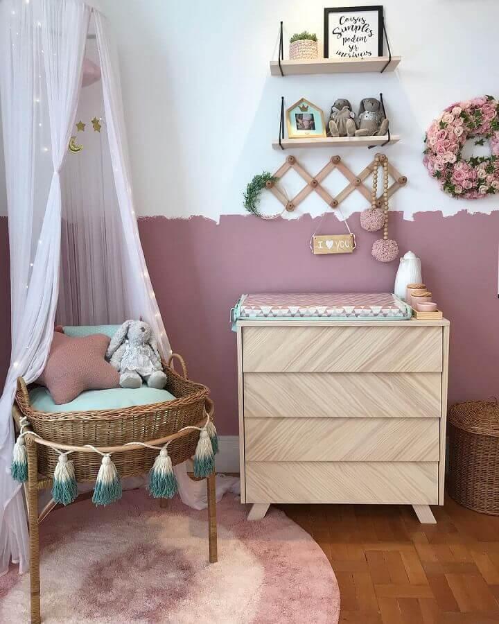 quarto de bebê decorado com cômoda de madeira com trocador  Foto Kids Arquitetura
