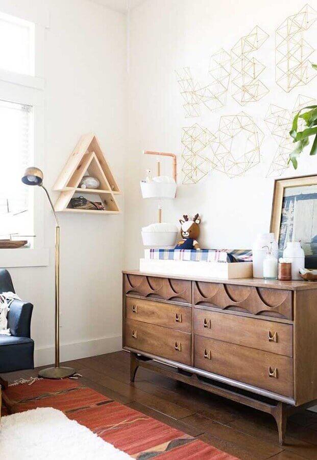 quarto de bebê decorado com cômoda retrô de madeira  Foto Pinterest
