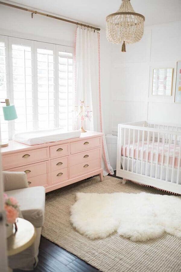 quarto de bebê decorado com cômoda rosa e tapete felpudo Foto The Posh Home