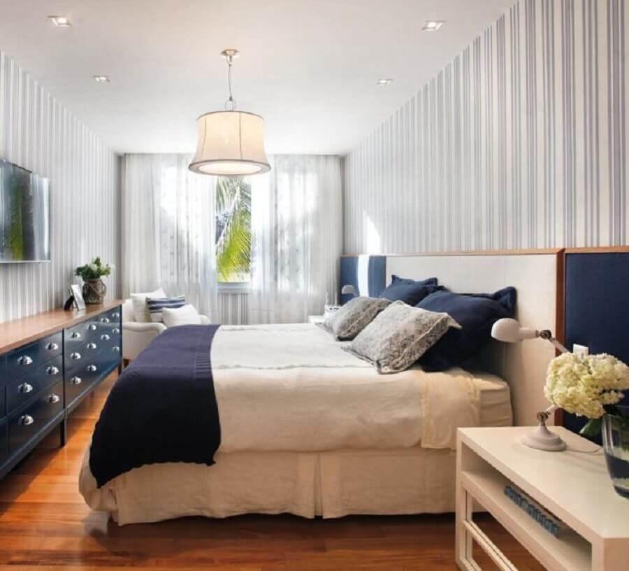 quarto de casal decorado com cômoda azul comprida com tampo de madeira  Foto Paola Ribeiro