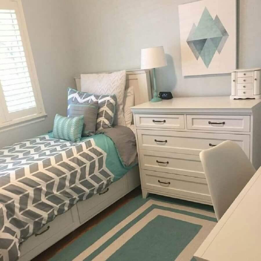 quarto de solteiro decorado com cômoda branca Foto Eduarda Schussler