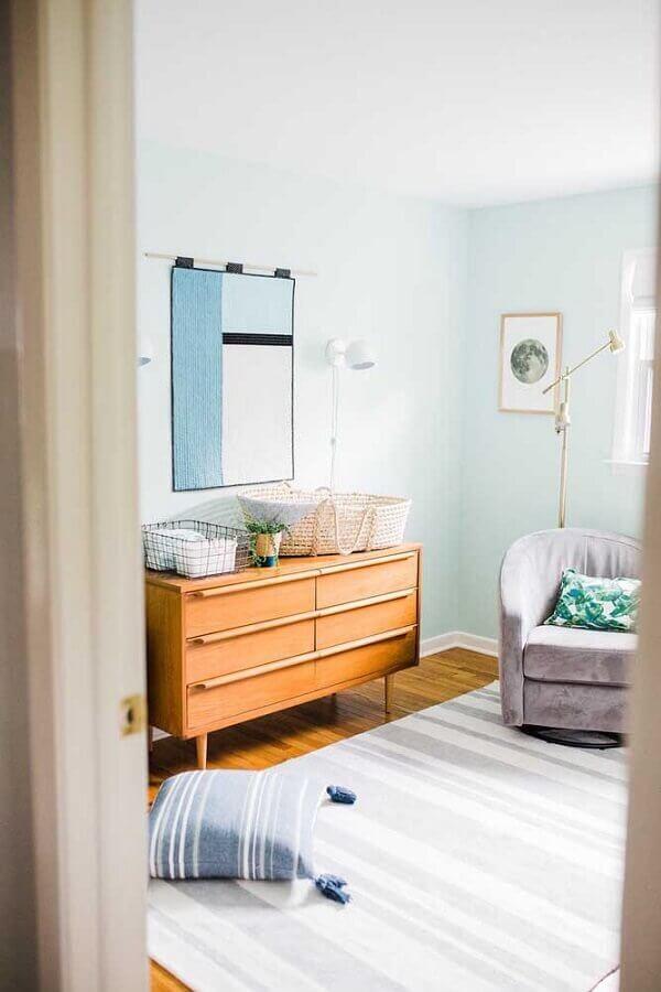 quarto decorado com cômoda retrô de madeira  Foto Wood Save