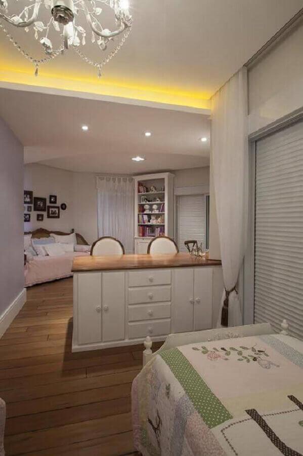 quarto infantil decorado com cômoda branca com tampo de madeira  Foto Arquitetura 8