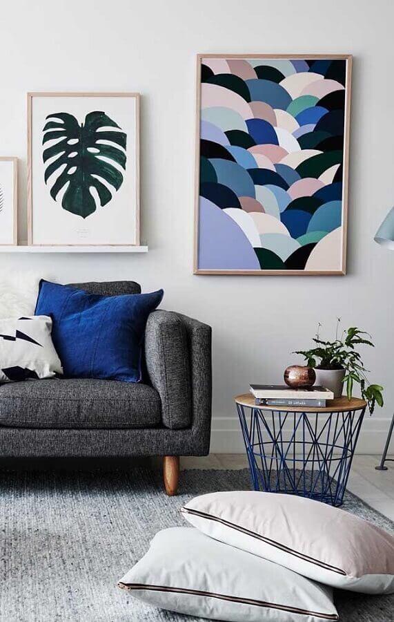 sala azul e cinza decorada com quadros tumblr Foto Natalie McComas