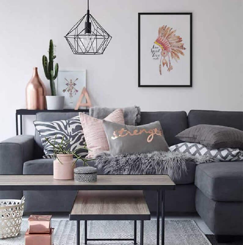sala cinza e rosa decorada com quadros tumblr e várias almofadas Foto Enquadrarte