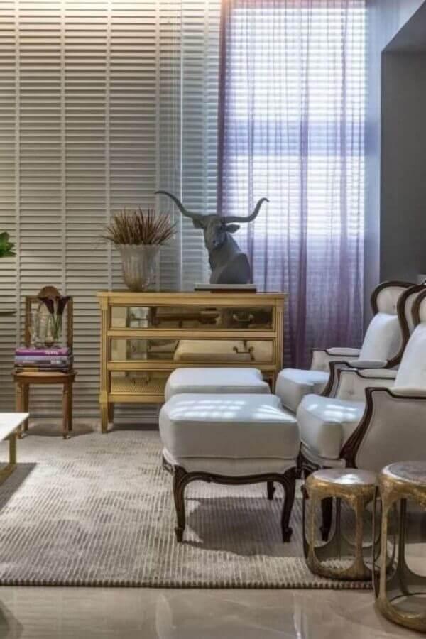 sala decorada com cômoda de madeira com gavetas espelhadas  Foto Casacor 2016