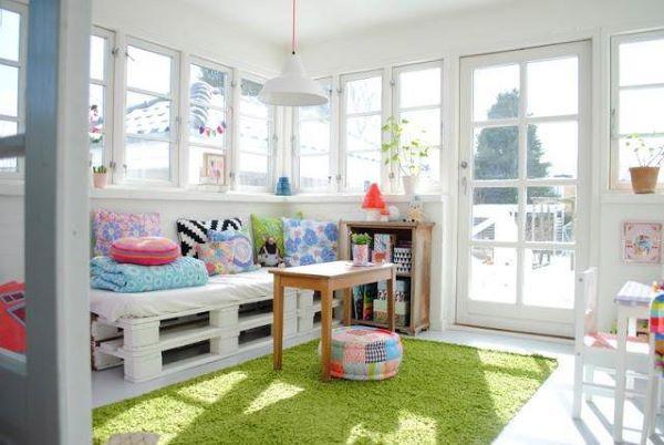 Sofá de paletes para sala moderna