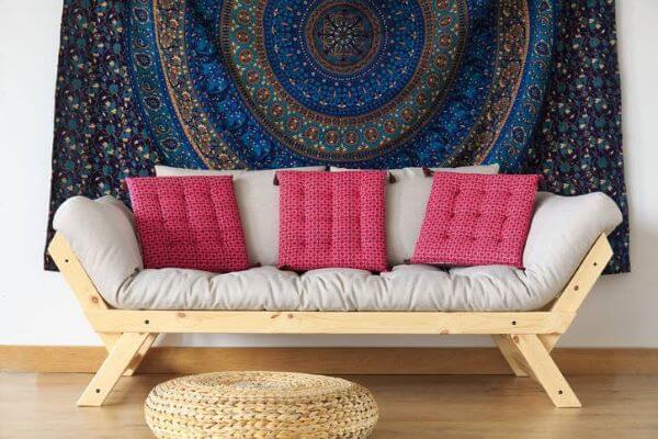 Sofá cama de madeira em tons de cinza e rosa