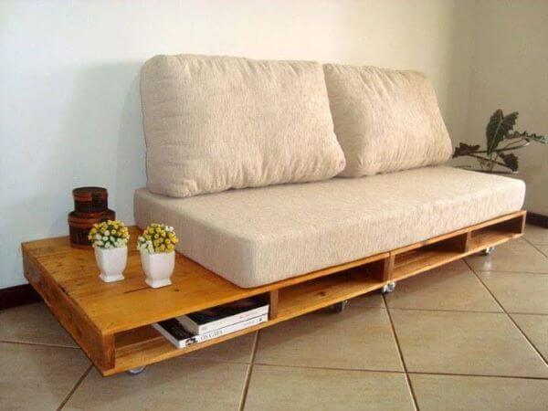 Sofá de madeira bege