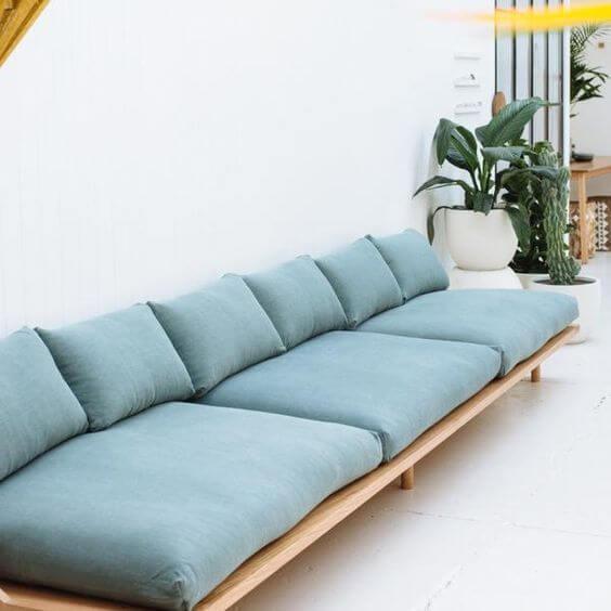 Sofá de madeira em azul