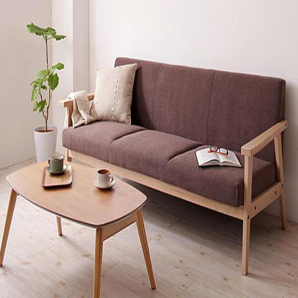 Sofá de madeira com mesa de centro