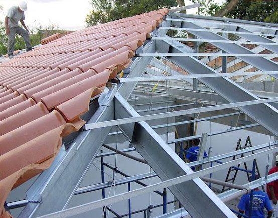 telha portuguesa - telhado sendo montado