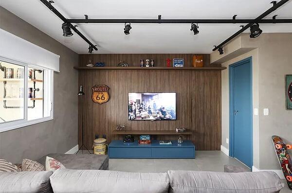 Spot de trilho preta decora a sala de TV