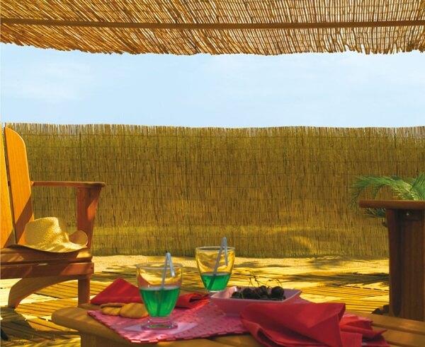 Casas na praia se utilizam muito da cerca de bambu