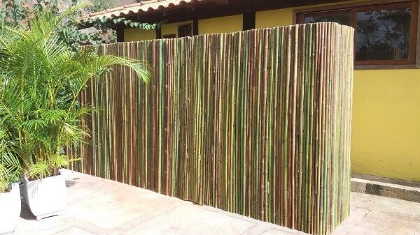 A cerca de bambu fixada separa diferentes ambientes do imóvel