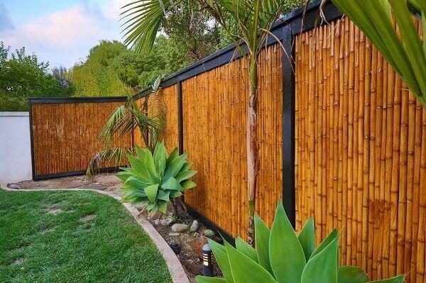 A cerca de bambu foi fixada com estrutura de ferro