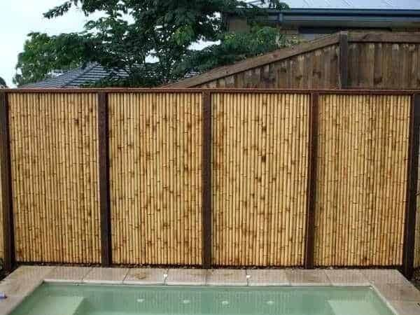 A cerca de bambu foi instalada pra delimitar a área da piscina