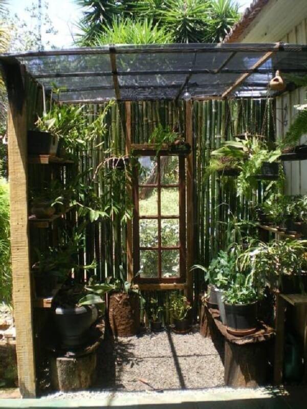A cerca de bambu pode servir como acabamento para a área de orquidário
