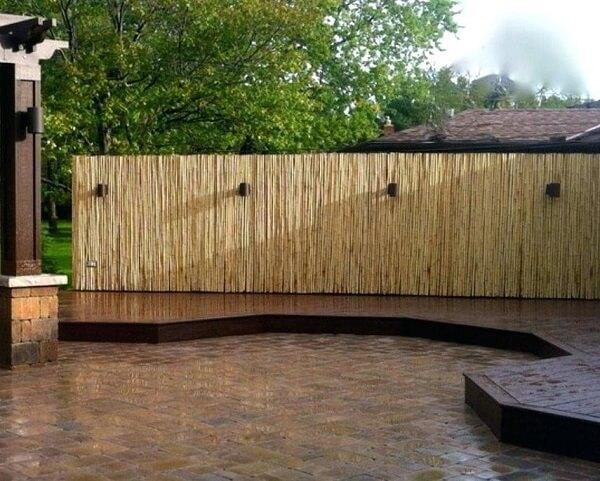 A cerca de bambu traz privacidade ao ambiente