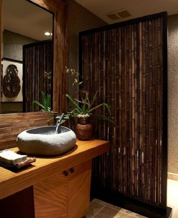 A cerca de bambu traz um toque especial para a área de banheira