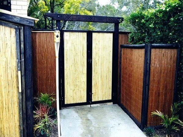 A entrada da casa foi estrutura com cerca de bambu