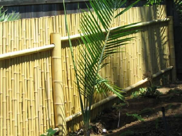 Modelo de cerca de bambu fixada no jardim