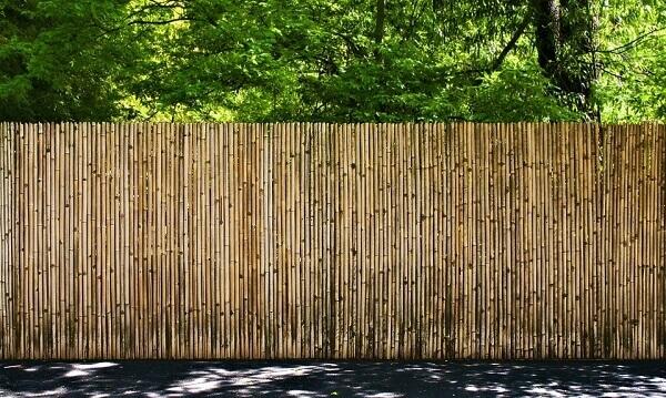 Modelo de cerca de bambu fixada em área externa