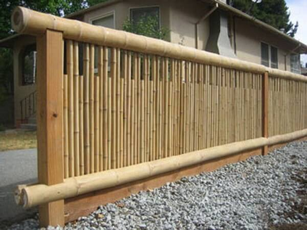 Cerca de bambu delimita a área da casa